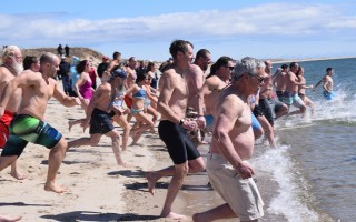 The crowd of intrepid swimmers rushes into the 40-degree water at Harding's Beach. TIM WOOD PHOTO  (photo: )