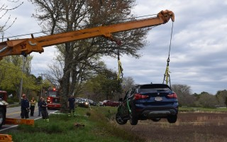 Baxter Crane lifts a BMW out of a cranberry bog off Bank Street. TIM WOOD PHOTO  (photo: )