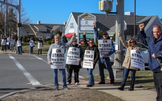 Workers picket outside the East Harwich Stop & Shop store last week.  DEBRA DeCOSTA PHOTO  (photo: Debra DeCosta)